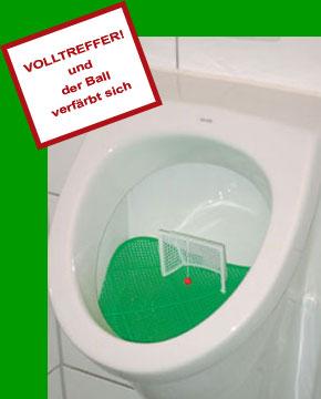 Das Fussball-Urinal-Sieb klokicker im Einsatz.